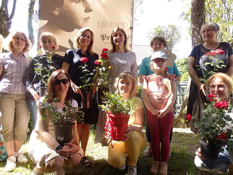 Įstaigų, bendruomenių atstovai, miestelėnai susirinko į I. Simonaitytės memorialinio muziejaus kiemelį sodinti savo dovanotų rožių.