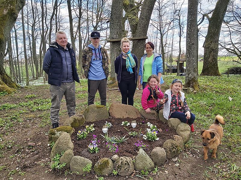 """""""Nors Vaiteliuose nėra oficialios bendruomenės, kiekvieną pavasarį kelios šeimos kartu su vaikais tvarkome senąsias kaimo kapines"""", – sakė R. Šiemulienė (trečia iš kairės)."""
