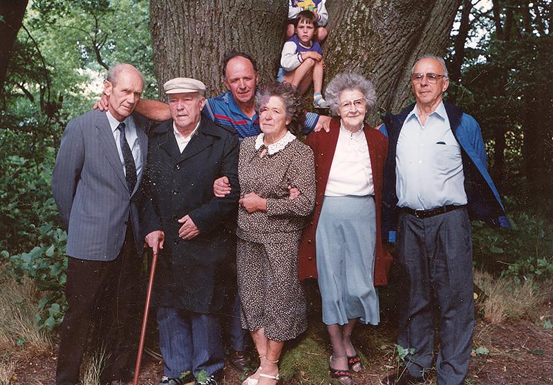 1992 m. Vaitelių kapinaitėse prie dvikamienės liepos Elzbieta (viduryje) įsiamžino su broliais Feliksu, Antanu, Zenonu, Alfonsu ir seserimi Ona.