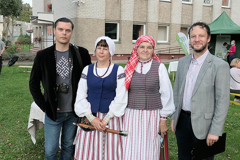 Dovilų etnokultūros centro renginių organizatorius Donatas Bielkauskas, etnologė Dalia Lengvinaitė, direktorė L. Kerpienė, etnologas Jonas Tilvikas.