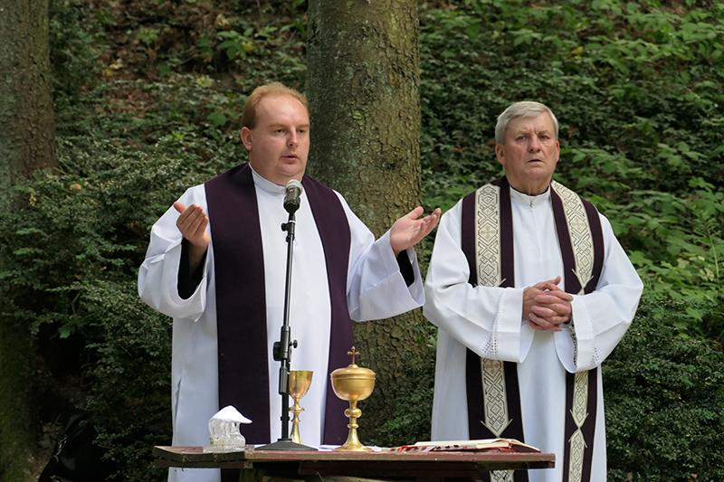 Šv. Mišias lurde aukojo kan. J. Paulauskas ir klebonas R. Romanovskis.