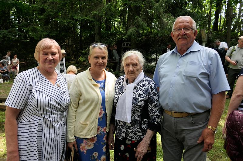 Ablingos tragedijos liudytoja šimtametė S. Žiužnienė su dukra Laima (kairėje), gargždiškiais Rita ir Juozu Lankučiais.