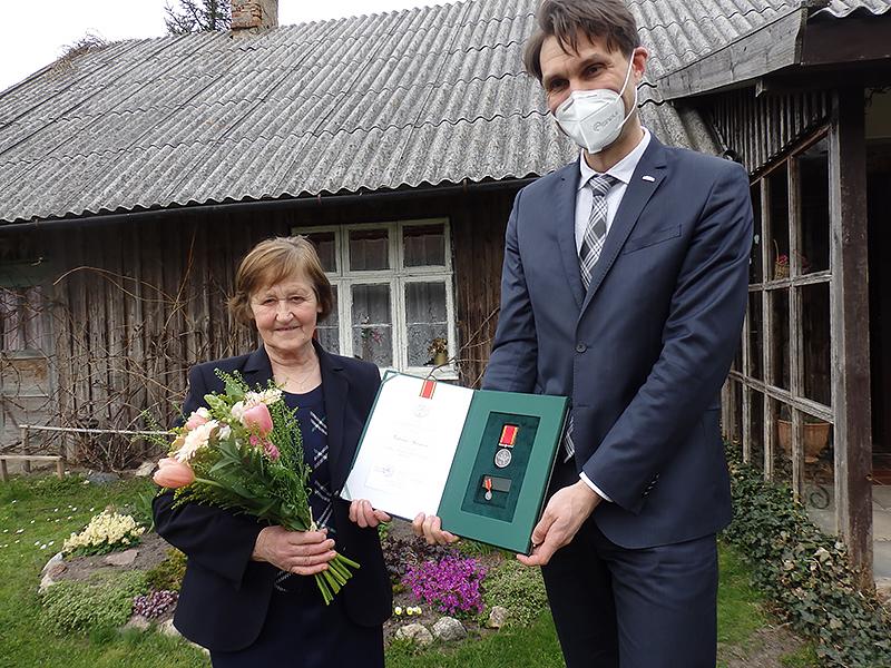 Garbingą apdovanojimą V. Sprogienei įteikė Prezidentūros atstovas D. Kuliešius.