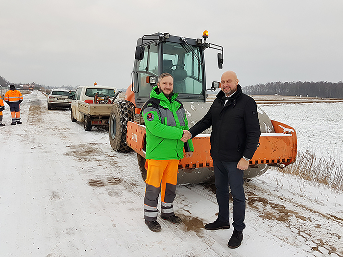 Peskojų bendruomenės pirmininkas E. Aleksiūnas džiaugiasi, kad pavyko bendruomenę sutelkti gyvenvietės asfaltavimo darbams.