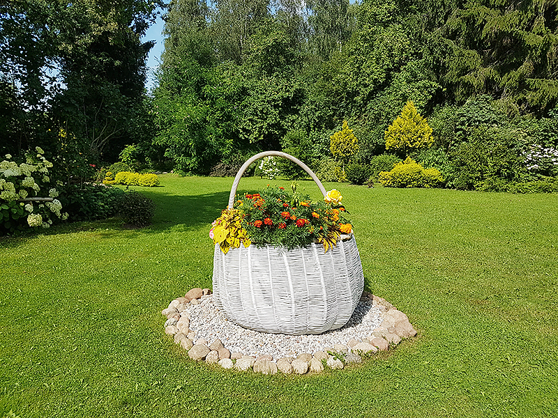 Vytautas 60-mečio proga gavo dovanų šį didžiulį krepšį, kurį Albina prisodino gėlių.