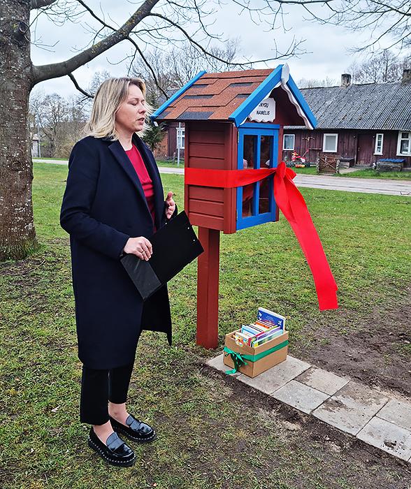 Dovilų bibliotekininkė E. Žukauskienė atidarant knygų namelį sukūrė šventinę nuotaiką.