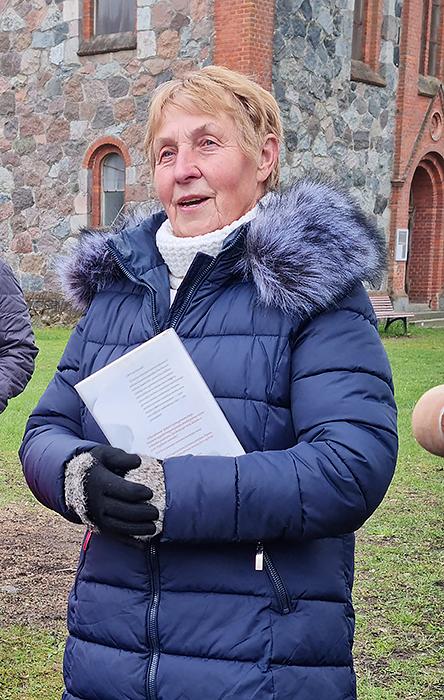 """Dovilų """"Sidabrinės gijos"""" asociacijos pirmininkė Birutė Palubinskienė sakė, kad karantino metu per bibliotekos langą perduodamos knygos buvo tarsi Komunijos priėmimas."""