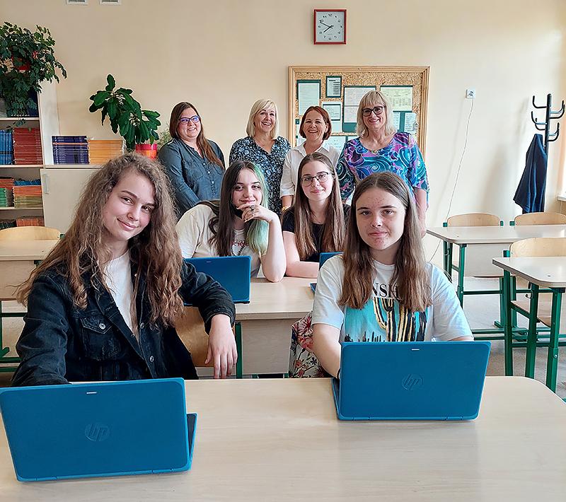Lapių pedagogai ir moksleiviai džiaugiasi projektu.