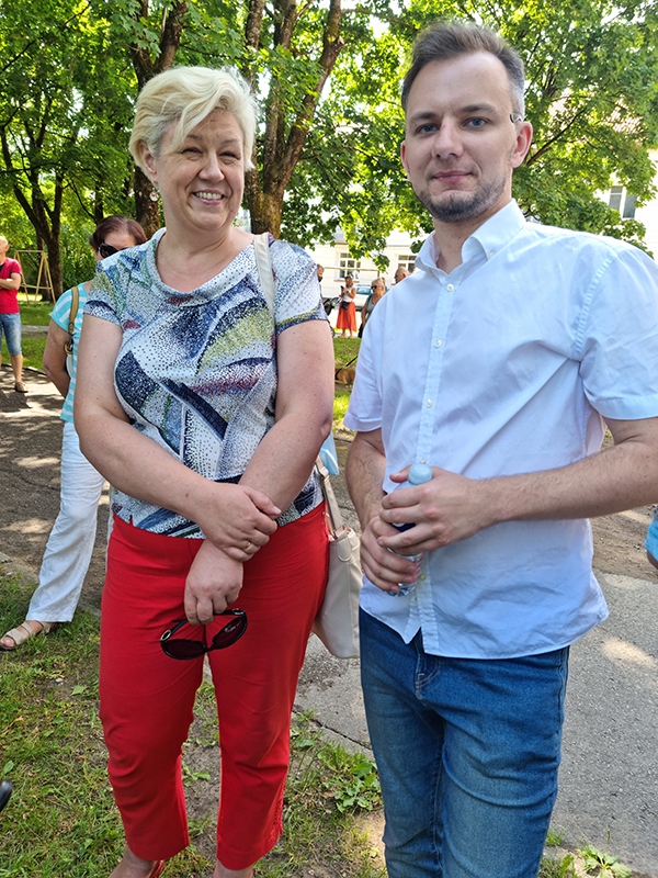 """Gargždų """"Vaivorykštės"""" gimnazijos lituanistė Zofija Vaitkuvienė Holokausto 80-mečio minėjime dalyvavo kartu su buvusiu savo auklėtiniu, rajono Tarybos nariu Vytautu Butkumi. Pasak jo, gimnazistų meninė kompozicija sujaudino minėjimo dalyvius."""