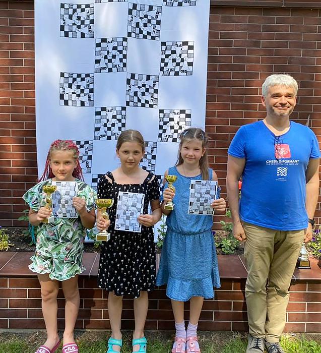 Auksė Zonytė (pirma iš kairės) po C turnyro mergaičių nugalėtojų apdovanojimo.