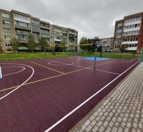 Įrengta nauja universali sporto aikštelė Melioratorių gatvėje, Gargžduose