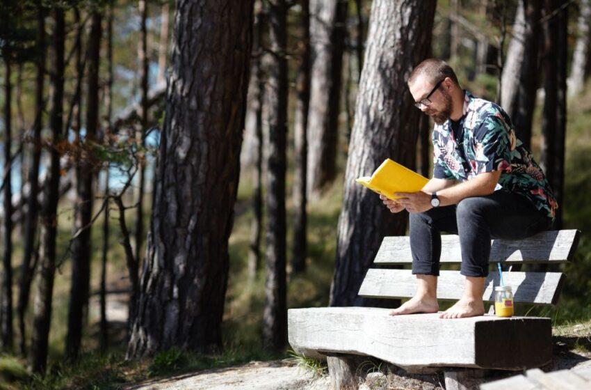 Nuo karščio lietuviai vaduojasi skaitydami knygas