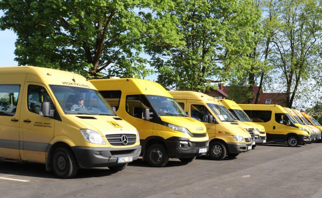 """Klaipėdos rajone vaikus į ugdymo įstaigas veža 28 geltonieji autobusiukai. Dalis jų gauti pagal """"Geltonųjų autobusų"""" programą iš Švietimo, mokslo ir sporto ministerijos, dalis – pirkti iš Savivaldybės biudžeto, prisijungiant prie bendro ministerijos pirkimo."""