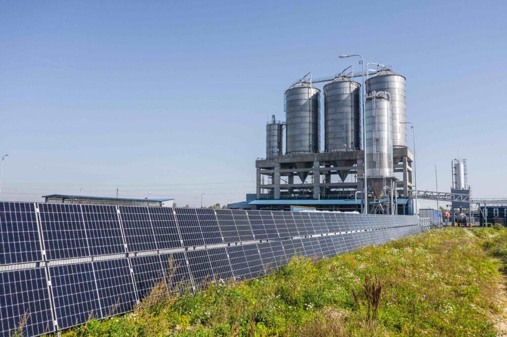 """Klaipėdos LEZ veikianti Tailando """"Indorama Ventures"""" grupės narė PET gamintoja UAB """"Orion Global PET"""" įdiegė ir pradėjo eksploatuoti vieną pirmųjų Lietuvoje 56 kW galios saulės jėgainę-tvorą bei jau planuoja jos plėtrą. Sprendimas įgyvendintas bendradarbiaujant su Ispanijos kapitalo saulės energijos technologijų bendrove """"Eternia Solar LT""""."""