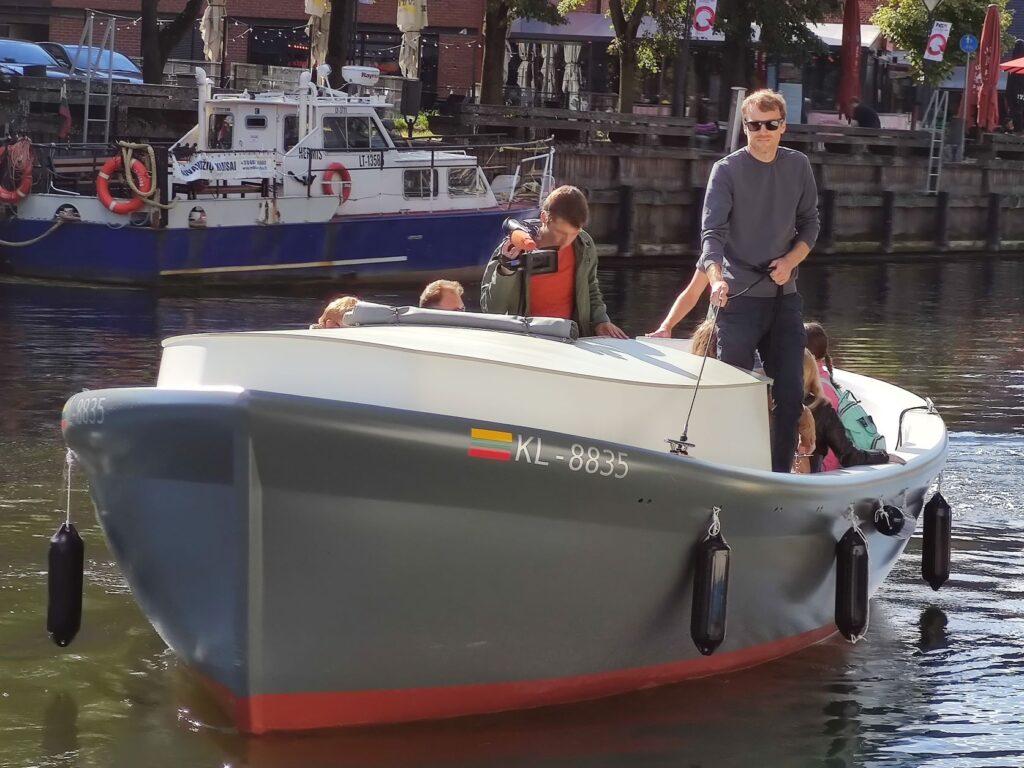 Į vandenį nuleistas ir pirmuosius bandomuosius plaukimus atlieka elektrinis laivas. Elektrinio laivo idėja gimė ir buvo realizuota Klaipėdoje.