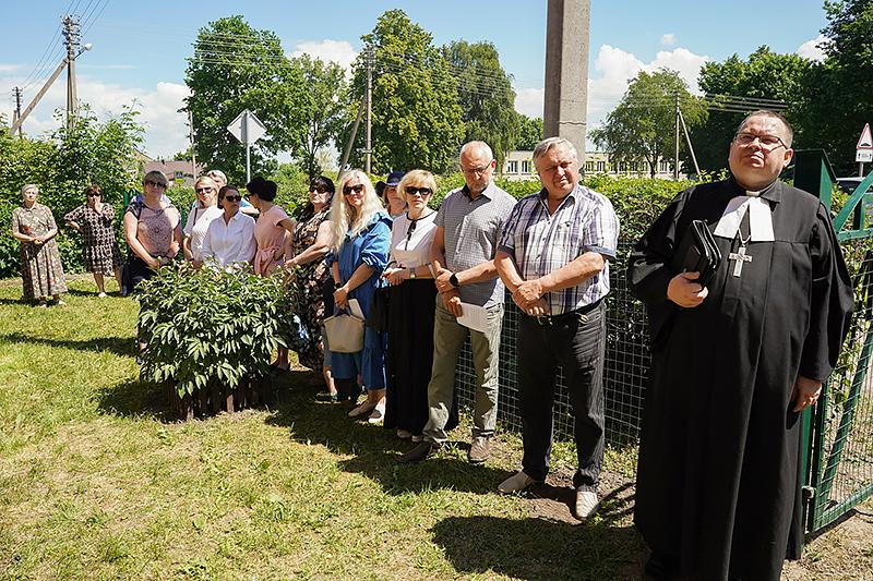 Kretingalėje atidengiant atminimo lentelę ant klebonijos pastato, Klaipėdos g. 25, dalyvavo ne tik kretingališkiai, bet ir svečiai.