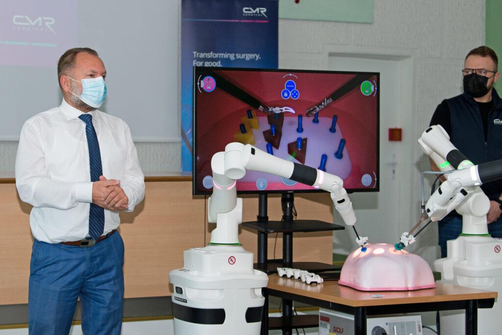 """Iki šiol Klaipėdos universitetinėje ligoninėjejau atlikta beveik 600 robotinių operacijų. Kol kas KUL tokias operacijas atlieka vienintelė ir Lietuvoje, ir Baltijos šalyse. Trečiadienį būrys kvalifikuotų ligoninės specialistų vėl pirmieji Lietuvoje bei Baltijos šalyse turėjo unikalią galimybę susipažinti su antrąją robotine sistema """"Versius""""."""