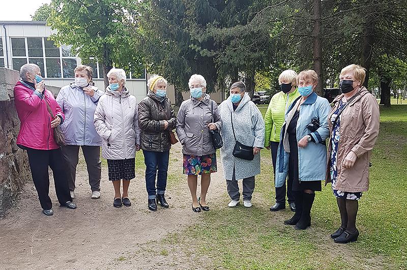 """Dovilų """"Sidabrinės gijos"""" asociacijos vadovė Birutė Palubinskienė (antra iš dešinės) teigė atvykusi pasitikti Prezidento, nes jau labai pasiilgo bendravimo, norėjo susitikti su asociacijos narėmis, žinoma, taip pat išvysti Prezidentą. """"Norime jį pasveikinti su praėjusiu gimtadieniu, palinkėti sveikatos šiuo sudėtingu periodu"""", – kalbėjo B. Palubinskienė."""