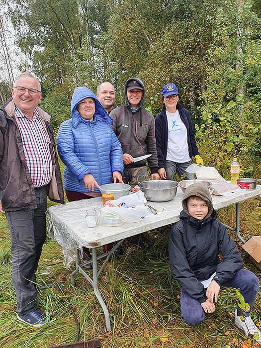 Gargždiškių savanorių komanda talkininkams išvirė sočios ir kvapnios košės ant laužo.