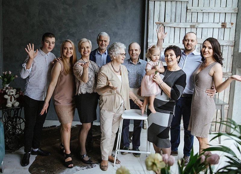 Šeimos susibūrimai – vienos iš smagiausių akimirkų. Iš kairės – sūnus Astijus, dukra Skaistė, žmona Žydrė, meras B. Markauskas ir kiti artimieji.