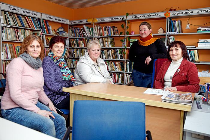 Bibliotekoje susirinko (iš kairės) D. Uselienė, L. Kontrimienė, G. Papievienė, R. Žadeikienė ir J. Grevienė. Moterys skundėsi, kad savaitgalį maršrutinis autobusas į Klaipėdą ar Gargždus per Pėžaičius nevažiuoja. Jos apgailestavo, kad išseko nafta gręžiniuose – naftininkai labdaringai veždavo žmones sekmadienį į bažnyčią, vaikus – į mokyklą, sušelpdavo bėdai ištikus.