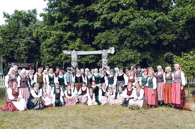 Folkloro ansambliai obelėlę sodino Drevernoje