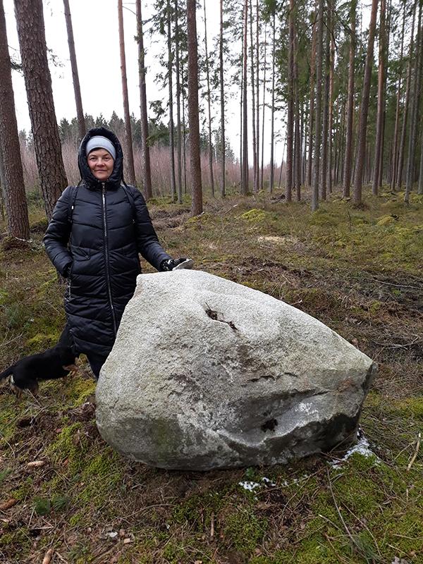 Bibliotekininkė V. Padleckienė lankosi seniūnaitijos kaimuose norėdama papildyti kraštotyrinę medžiagą.