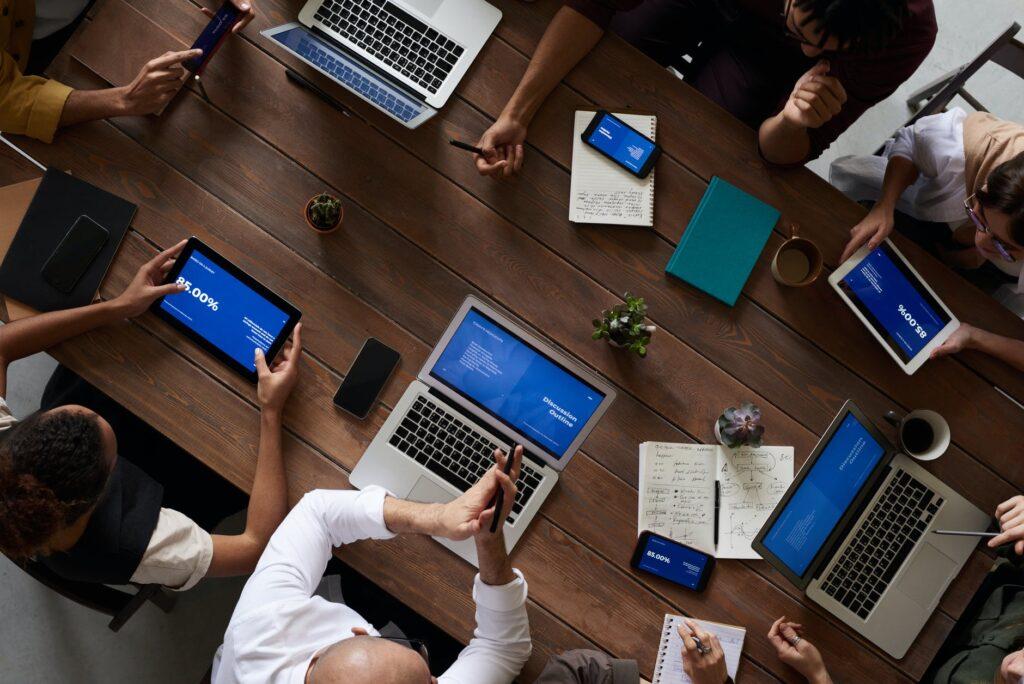 Verslui, susiduriančiam su pandemijos sukeltais bei kitais verslo kūrimo ir plėtros iššūkiais, vienas iš būdų neprarasti esamų klientų, sustiprinti įmonės pozicijas rinkoje – persikelti į elektroninę erdvę ir skirti atitinkamą dėmesį organizacijos rinkodarai internete. Savivaldybė, siekdama padėti verslui tai įgyvendinti, jau antrus metus organizuoja nemokamus e. rinkodaros mokymus.