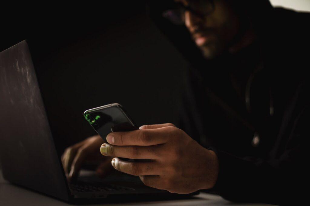 Pandemijos nulemtos nuotolinio darbo tendencijos iškėlė naujus kibernetinio saugumo iššūkius – per metus kibernetinių incidentų skaičius išaugo 25 proc., tačiau saugumo ekspertai sako kol kas nepastebintys atitinkamai didesnių įmonių investicijų, siekiant kontroliuoti įmonių įrenginių ir sistemų saugumą.